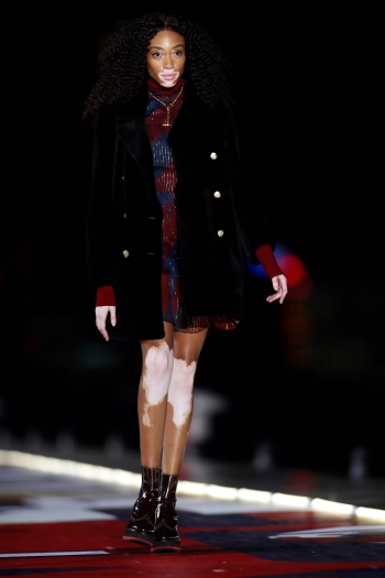 "TOMMY HILFIGER PORTA IL CONCEPT ""SEE NOW, BUY NOW"" A SHANGHAI PER LO SHOW TOMMYNOW ICONS AUTUNNO INVERNO 18/19"